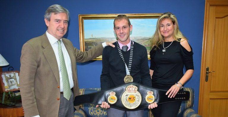 Villaviciosa reconoce a sus dos últimos campeones locales, María Castellanos y Jorge Ferrer