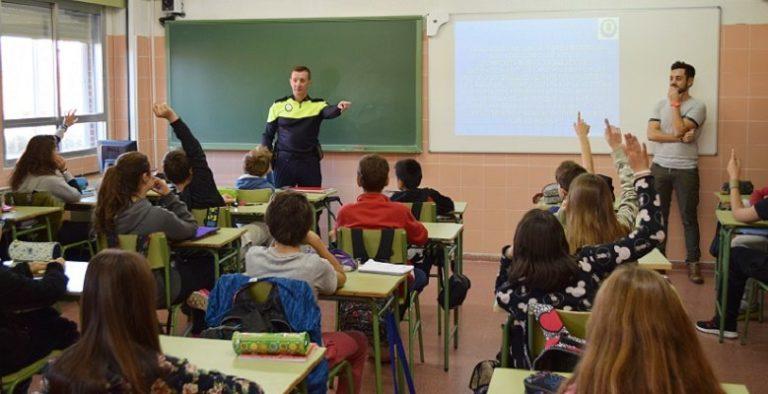 El Agente Tutor recorre los colegios de Villaviciosa hablando de ciberbullying