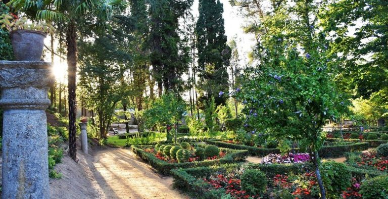 Los jardines del Palacio de Godoy lucen esplendorosos tras los trabajos de reacondicionamiento y mejora