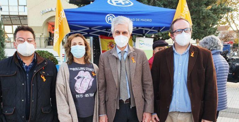 Adolfo Suárez acude a Villaviciosa para apoyar la recogida de firmas del PP contra la ley Celaá